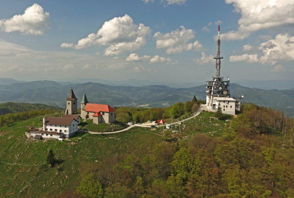 Kum iz zraka in cerkev na levi